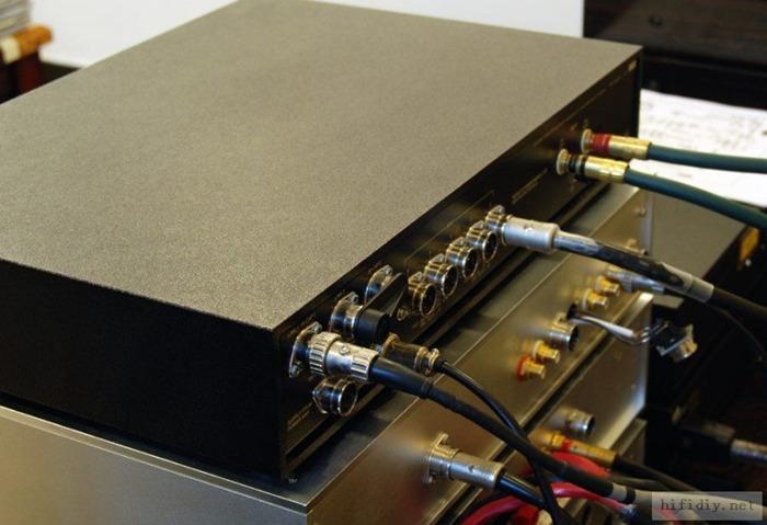 Naim茗的设计风格有很多一成不变的东西和规律。大致电路上,高档和低档之间也不见得有多少差异。主要差异,看得见的还是在电源处理上。 我手上的版本不带唱放卡,所以干脆直接把唱放口改成RCA口。这样就可以接普通CD了。也不浪费那些RCA线。