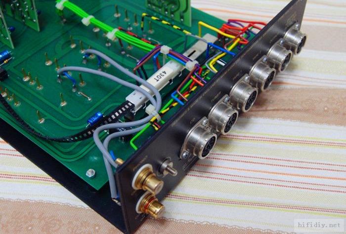 """上图就是72,外观我就不拍了。""""鞋盒""""前级因为受体积限制,所以基本都大规模的采用板卡的形式设计,不同的板卡负责不同的功能。 Naim茗前级的供电可以来自2个,一个是单独的前级分体电源,一个是带前级供电的后级。一般搭配上,""""鞋盒""""前级搭配的基本都是带前级供电的后级。而不带前级供电的后级一般搭配标准432机箱的前级,比如NAC72就一般搭配NAP180。"""
