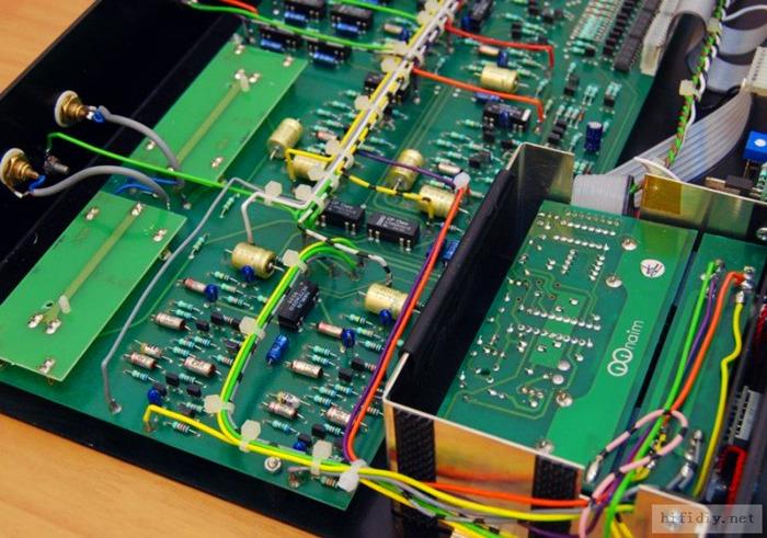 82可以用2个HICAP供电,72就不可以。而且82的数字控制、继电器部分供电都是跟主音频24V供电分开的。连地线都完全隔离了。我认为这样做非常有必要。当然82因为已经是当是的次旗舰,当Naim旗舰是52,所以82已经有了遥控音量选择通道等很人性化的功能了。大冬天的你终于不用起来跑过去调音量选通道了。而且还配了个3合一遥控。CD、前级、录音全通用。(我不知道Naim还有录音?)