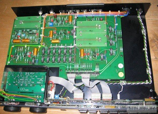 这个就是NAC52 82跟52区别在哪?我看最主要的还是在电源! 如果说82可以用2个HICAP分开左右声道、缓冲、放大四组供电,比72强的话,那么52就比82复杂太多了。那就不仅仅是四组了,简直就是10多组。这回你该知道玩Naim茗,其实就是玩电源了。