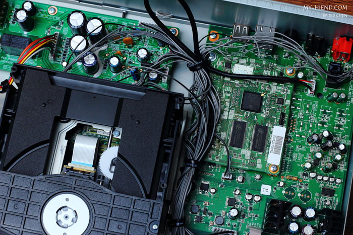 右方有两块电路板,上方有两个钰创科技的快闪记忆体