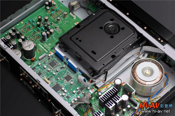 如前所述,SA8005是一部多功能数字讯源,除了可播放SACD与CD唱片外,还具有USB DAC功能、可对应高取样PCM与DSD,想播放数字音乐文件也没问题。其面板有USB TYPE A端子支持苹果移动设备连动控制播放音乐,也可以插入FAT16、FAT32规格的USB储存装置,读取播放其中的WMA、MP3与WAV音乐文件,使用非常方便;观察其背板,还有向上支持至192kHz/24bit PCM的数字同轴与Toslink光纤输入,所以SA8005也能当成传统数字模拟转换器使用。从上面这张SA8005的内部