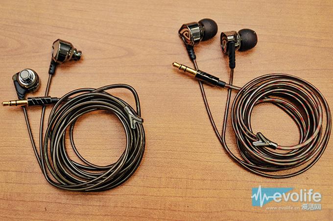 不管是OSTRY KC06还是KC06A,在细节处都有相对不错的质感,比如耳壳后方的图案,以及上面就提到的树杈状分线器,都表现出了小巧思的意味,插头部分有OSTRY的LOGO与斜纹装饰,线材软硬适中,起码初上手是让人感觉不大容易发生轻易缠绕的。另外奥斯特锐还在提供耳机之上的刻字刻图服务,看来用在亮骚上的心思不少。