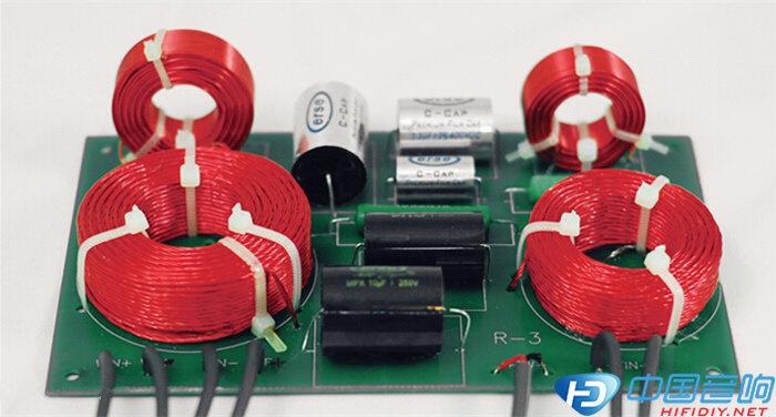 器材规格 型式:2音路2单元低音反射式书架音箱 单元:25.4mm软半球高音单元×1,5.25吋纸盆振膜中低音单元×1 频率响应:41Hz~3.9kHz 阻抗:6欧姆 重量:7.8kg