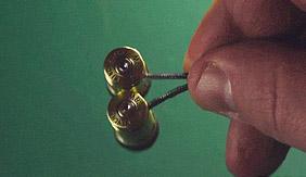 看大神如何将子弹改造成耳机