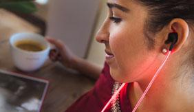 酷毙的Glow激光耳机:跟着你的节奏闪烁