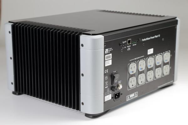 说得如此神奇,P10 Power Plant(以下简称P10)是用什麽方法再生电源呢?说明它的原理之前,先要了解一般电源滤波器如何运作.大多数的电源滤波器或电源处理器,都是采用被动方式(passive),也就是运用电阻、电容、变压器、线圈…等被动元件组成滤波电路来净化电源,不过,PS Audio认为这样的方式无法把失掉的能量加回电源,因此不能彻底解决交流市电的根本问题.