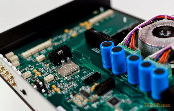 DenDAC 50基本版具有1个USB、2组数字同轴SPDIF、2组TOSLINK光纤输入,支持24bit/192KHz的解码播放,同时具备有升级插槽,可以为DenDAC 50加入WiFi无线接入网卡、blutooth无线蓝牙卡、或插入支持未来数字输入标准的插卡.除了数码输入外,DenDAC 50还具有3组模拟输入,方便接入其他音源设备,模拟输出部分具有两组,分别是固定音量用于连接前级的解码输出、以及可变音量输出连接后级使用的前级输出,同时还具有一大一小的两组耳机输出,方便用家使用.