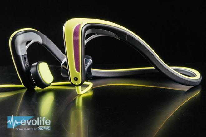 可以这么说,松下RP-HGS10更像是在运动超市中结账时候能让人一时兴起购买的产品,外骚和鲜艳颜色的设计不仅保证了夜跑时运动安全,也充满了浓浓的Lifestyle,我们没必要深度纠结骨传导耳机的音质如何,事实上骨传导耳机技术发展至今已经到了第三代,但一直注重声音的传递上.松下RP-HGS10并不适合在安静的室内静静聆听古典音乐,它通过振动单元传递出来的是强烈的节奏感,支撑你完成最后的几公里奔跑距离,IPX4防水、需要499元售价实在没法让人对其提出更多挑剔,并且戴着出门的时候,至少让安全性提升了不止一