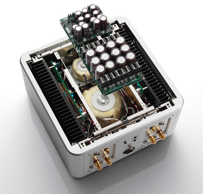 以纯净、解析、动态为最终目标 功率放大模组采三段式达林顿电路使用双极LAPT晶体,加大电流,搭配五组并联推挽结构,设计了简易的放大电路,将零件与平行元件的数量降到最低。所使用的大型双极LAPT晶体,为一般电源晶体的两倍大,拥有优异的17 安培持续电流容量与34安培的瞬时峰值电容,此外,他们提供绝佳的高频特性,能够让细微音质准确再生。 利用独特的LIDSC电路降低驱动部分第二阶段到最后阶段的输出阻抗,同时提升电流供应能力,能在有限的电源供应中使波幅最大化,同时降低失真。一般电路中使用铜箔用来传递电流,但是