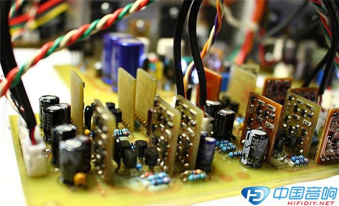 电路中所有对称三极管,二极管(包括发光管),电阻,全部需要配对,很多烧