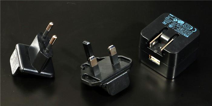 在a型插头不掀起的状态下,直接插入变压器本体的空隙就可以了.
