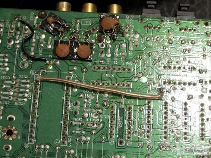 2、电源部分接入+5V(数字部分用)<17V(模拟部分用)(模拟部分电源还是建议用一个12V至15V的安全电压)。   3、保持稳定和接线方法: (经常出现不明原因无声,问的比较多的问题,好好看) 此板只要关注两个接口就可以,一个是电源接口,一个是音频模拟接口,板上的其他插线口都可以忽略。通电后,输入数字信号到远离光纤的第一个插口,一般就有声音出来。  但受信号选择IC 74HC153(信号选择)的影响没按要求加电压到功能脚(也可以用,通道暂时混乱而已)。信号可能会出现不明因素的中断,所以只做一路