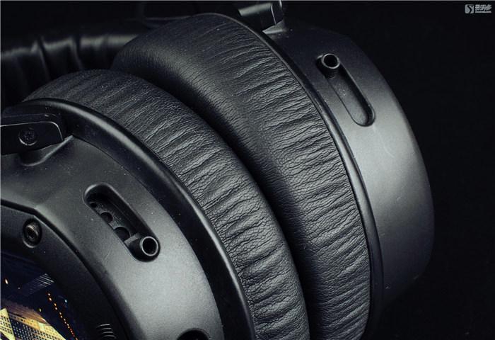 Beyerdynamic 拜亚动力 Custom One Pro头戴式耳机-低音调节孔开关 也许以上几点可以动手操作的内容很好的解释了这款耳机CUSTOM的命名。当然,这款耳机16欧姆的阻抗和96dB的灵敏度说明它是一款非常容易驱动的耳机,但16欧姆的超低阻抗对于头戴式耳机来说,尤其是拜亚动力品牌的头戴耳机来说,看到这个参数有点令人担心[毕竟32欧姆版的DT880和DT990表现都比较惨]。