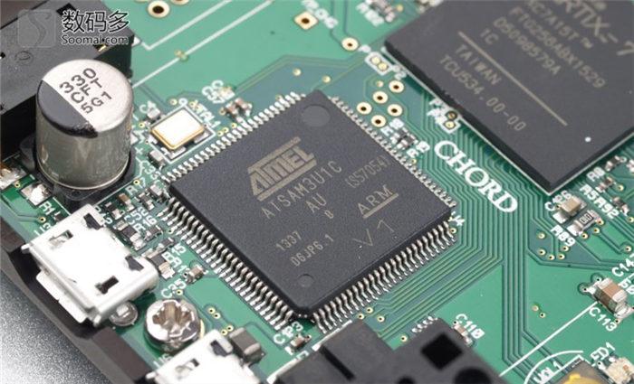 从拆解可以看到,MOJO FPGA芯片旁边仍然分布了一些贴片电阻和二极管元件,最终实现电压信号的输出。而模拟部分的输出,看上去仍然是直接使用三极管芯片的方案,但似乎型号上和HUGO上的不同。而在USB功能和控制功能方面,仍然是和HUGO上一样的ATMEL SAM3U1C ARM内核 USB控制芯片。 主要功能:MOJO外观小巧,采用全金属的外壳,表面进行了很细的磨砂表面氧化处理。从图中看到,三个半透明的玻璃质感的小球,其中一个是电源开关按键,而另外两个是音量大小调节按键。它们被设计的可以在机器上随意转动,