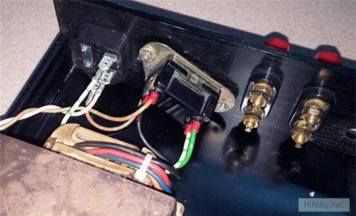 安装好变压器线后对LM4766T小功放板子稍加改动,板子上原来的电源退偶小电容拆了,焊上两只50V 3300uf的飞利浦直立电解做主滤波(图见LM4766T小板b),整流桥没地方放,就外置好了,输入到板子只接了个电位器控制音量。