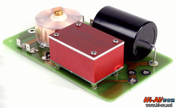 隐藏在DUO XD音箱本体前障板网罩之下的,是两支12寸大口径单元超低音,其频率响应为20至500Hz,使用Ferrite磁铁系统并拥有双层弹波,对振膜的控制力大幅提升。不过,此次DUO XD最大的改变亮点不在超低音单元,而是用来驱动这两支12寸超低音单元所研发的全新XD放大器模组(型号为XD-1000),由于采用高效率的Class-D功率放大电路,新款DUO XD音箱内建的XD放大器模组驱动功率增为DUO Grosso的两倍,每声道各有一部放大器,都能针对两支超低音单元独立输出500瓦推力,总计达1,